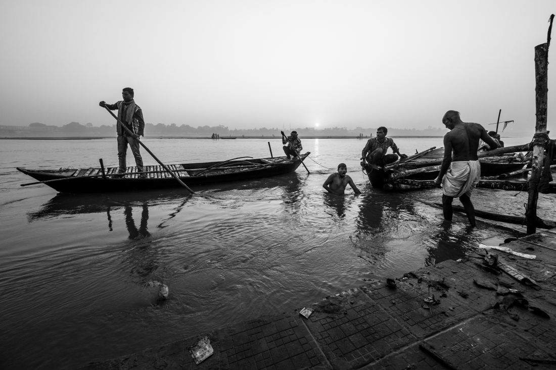 The morning puja along the Gandak river